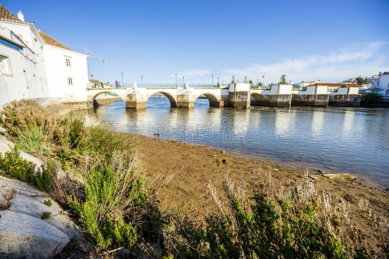 Παλαιά ρωμαϊκή γέφυρα πέρα από τον ποταμό Gilao στο Ταβίρα, Αλγκάρβε, Πορ στοκ εικόνα με δικαίωμα ελεύθερης χρήσης