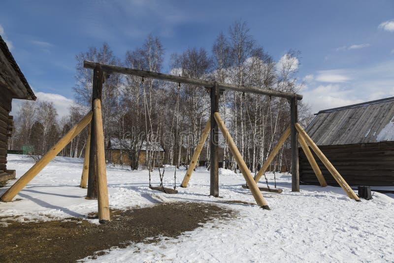 """Παλαιά ρωσική ταλάντευση στο αρχιτεκτονικό και εθνογραφικό μουσείο """"Taltsy """"του Ιρκούτσκ, περιοχή του Ιρκούτσκ στοκ εικόνες"""