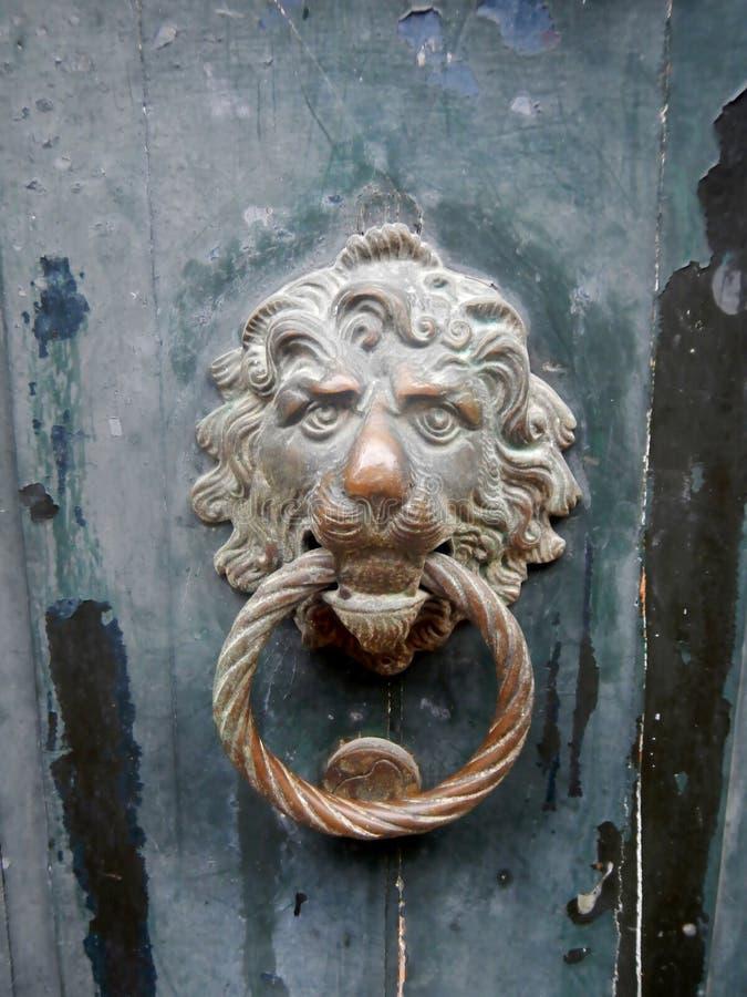 Παλαιά ρόπτρα πορτών ορείχαλκου, κεφάλι λιονταριών ` s, Βενετία στοκ φωτογραφία με δικαίωμα ελεύθερης χρήσης