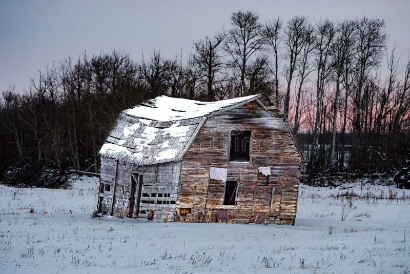 Παλαιά σιταποθήκη κατά τη διάρκεια του χειμώνα στοκ εικόνα