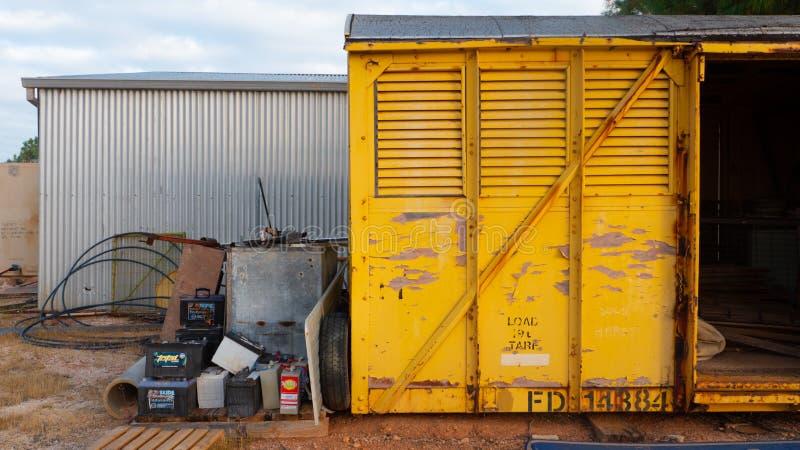 Παλαιά σιταποθήκη με την αποφλοίωση χρωμάτων και παλιοπράγματα σε ένα ναυπηγείο στοκ φωτογραφία