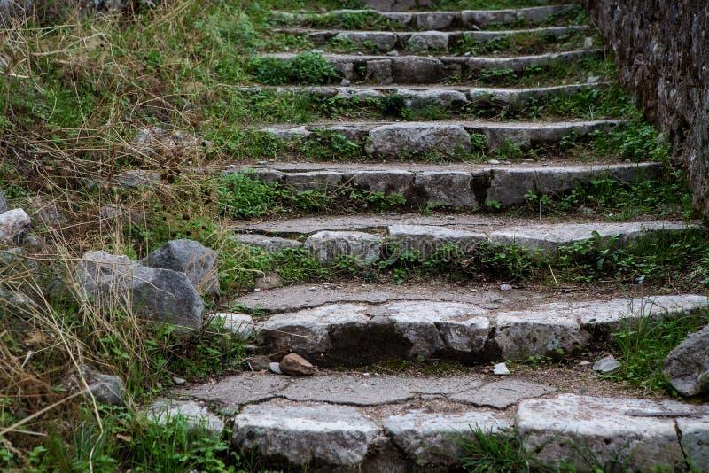 Παλαιά σκάλα πετρών στα βουνά του Μαυροβουνίου στοκ εικόνες