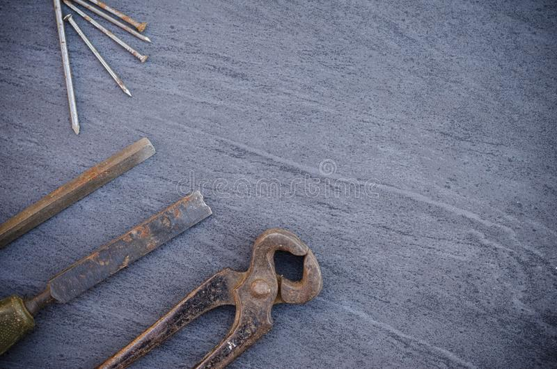 Παλαιά σκουριασμένα εργαλεία και καρφιά ξυλουργικής χεριών σε έναν ξύλινο πίνακα Εκλεκτής ποιότητας πένσες στοκ φωτογραφία με δικαίωμα ελεύθερης χρήσης