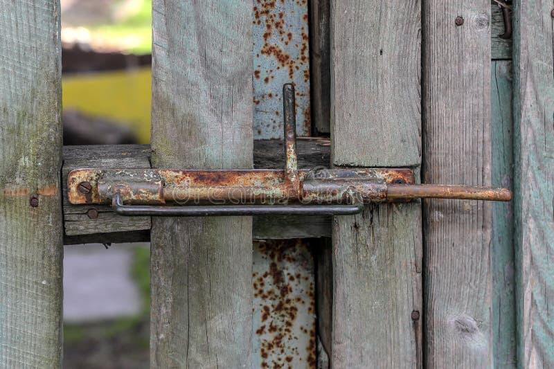 Παλαιά σκουριασμένη κλειδαριά ασφάλειας στην ξύλινη πύλη στον κήπο στοκ φωτογραφία με δικαίωμα ελεύθερης χρήσης