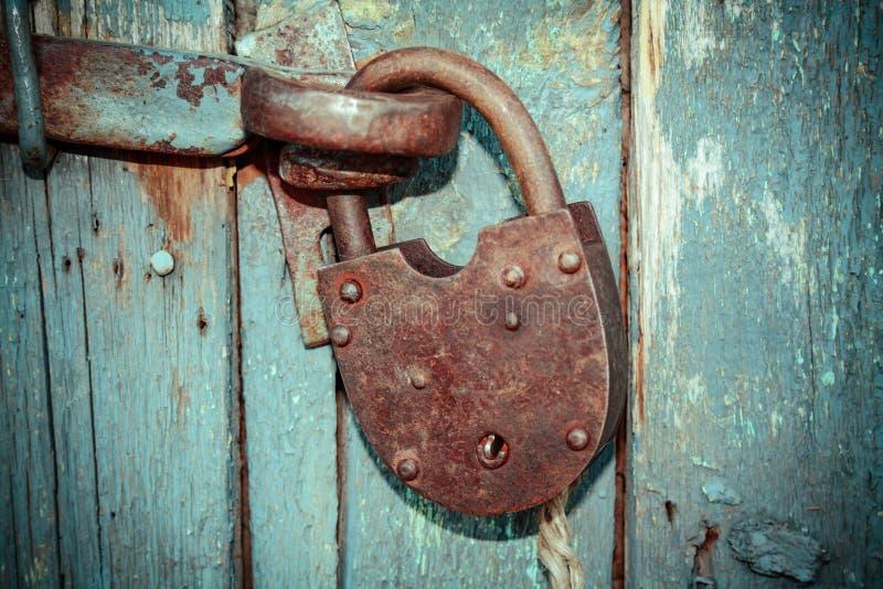 Παλαιά σκουριασμένη κλειστή κλειδαριά χωρίς κλειδί Η εκλεκτής ποιότητας ξύλινη πόρτα, κλείνει επάνω τη φωτογραφία έννοιας στοκ φωτογραφία