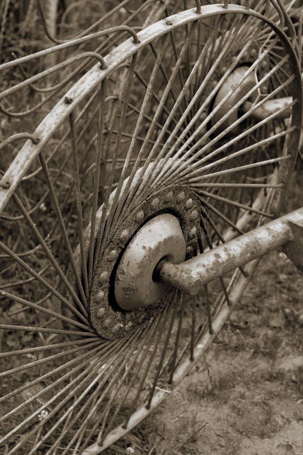 παλαιά σκουριασμένη ρόδα μετάλλων στοκ εικόνες