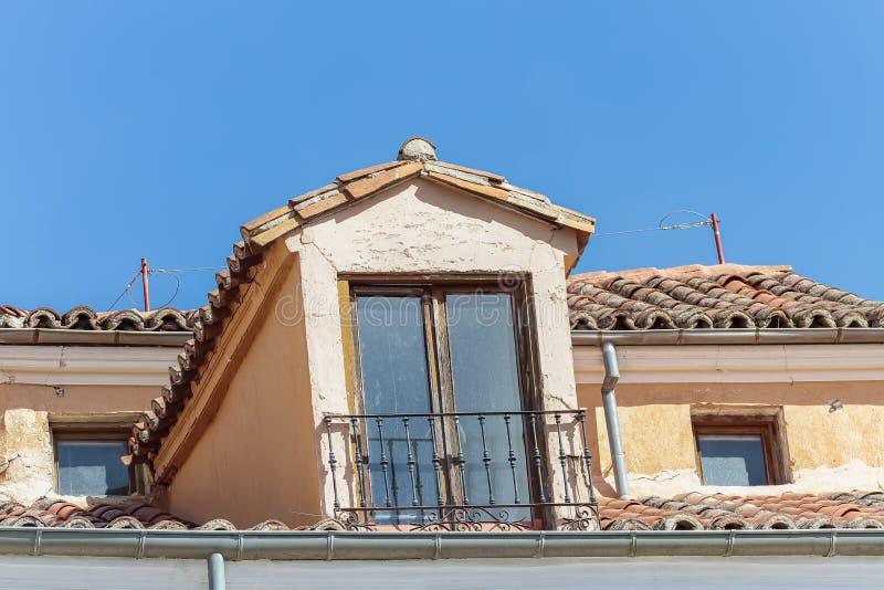 Παλαιά σοφίτα με τη στέγη κεραμιδιών στοκ φωτογραφίες