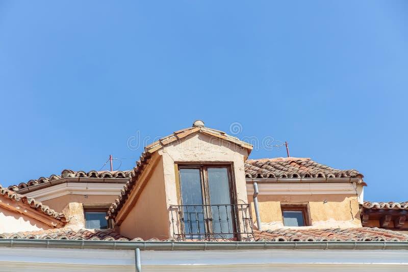 Παλαιά σοφίτα με τη στέγη κεραμιδιών στοκ φωτογραφία