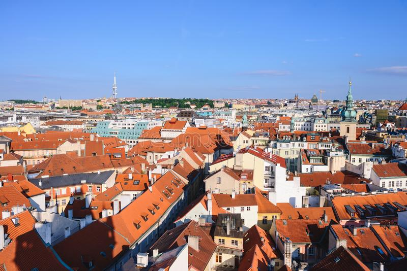 Παλαιά σπίτια σειρών πλατειών της πόλης της Πράγας με τις παραδοσιακές κόκκινες στέγες στη Δημοκρατία της Τσεχίας στοκ εικόνες