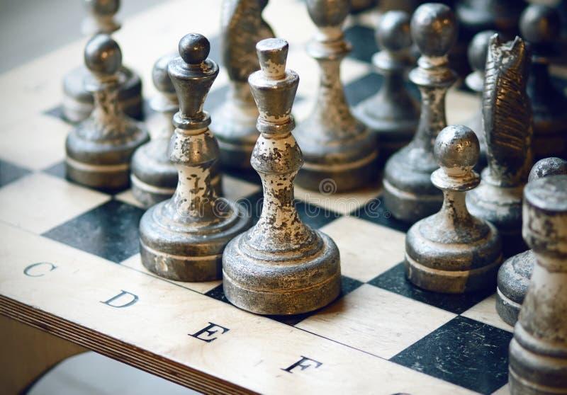 Παλαιά στάση κομματιών σκακιού στη σκακιέρα στοκ εικόνα με δικαίωμα ελεύθερης χρήσης