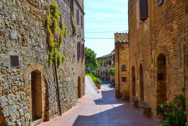Παλαιά, στενή και χρωματισμένη οδός στο SAN Gimignano, Ιταλία στοκ εικόνα