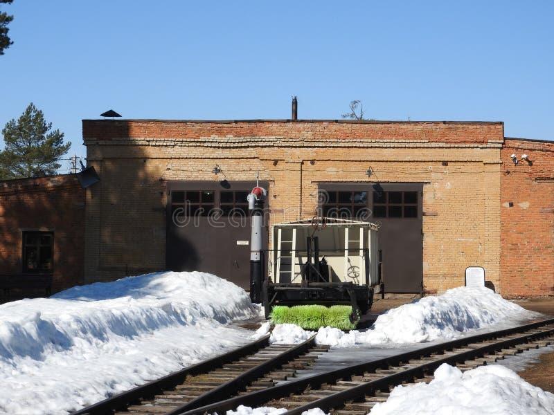 Παλαιά στενή κινηματογράφηση σε πρώτο πλάνο σιδηροδρόμων μετρητών το χειμώνα στοκ φωτογραφίες