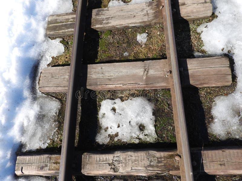 Παλαιά στενή κινηματογράφηση σε πρώτο πλάνο σιδηροδρόμων μετρητών το χειμώνα στοκ φωτογραφία