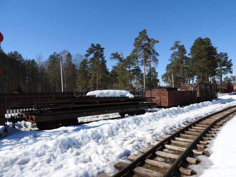 Παλαιά στενή κινηματογράφηση σε πρώτο πλάνο σιδηροδρόμων μετρητών το χειμώνα στοκ εικόνες