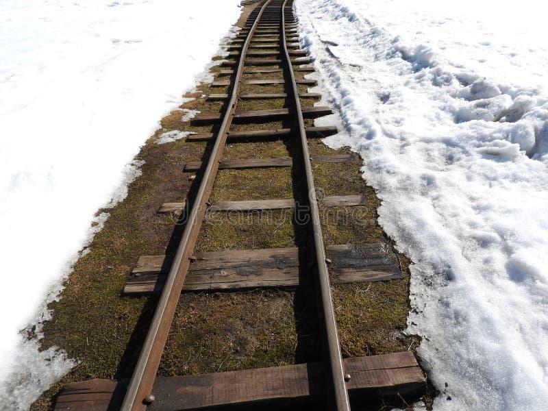 Παλαιά στενή κινηματογράφηση σε πρώτο πλάνο σιδηροδρόμων μετρητών το χειμώνα στοκ φωτογραφία με δικαίωμα ελεύθερης χρήσης