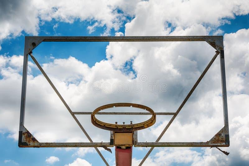 Παλαιά στεφάνη καλαθοσφαίρισης ενάντια στο μπλε ουρανό στοκ εικόνες με δικαίωμα ελεύθερης χρήσης
