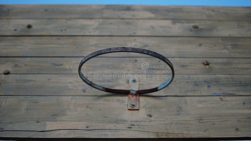 Παλαιά στεφάνη καλαθοσφαίρισης στο ξύλινο υπόβαθρο ραχών στοκ εικόνες