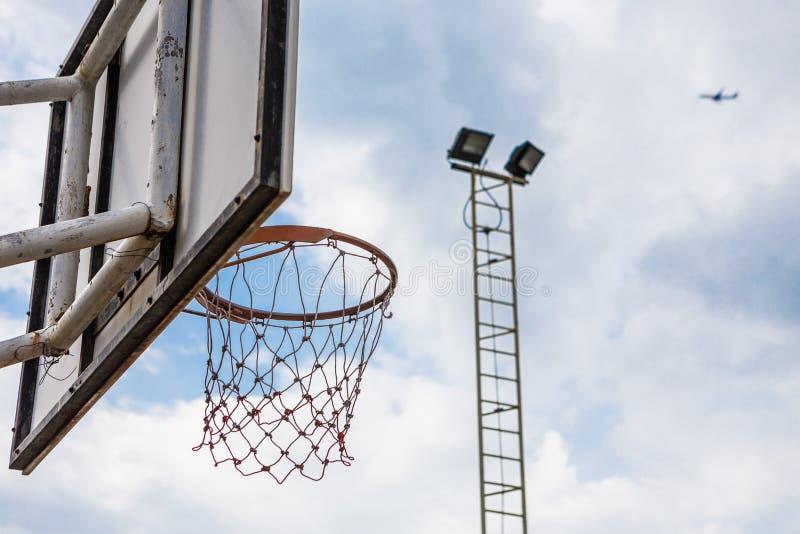 Παλαιά στεφάνη καλαθοσφαίρισης στοκ εικόνες