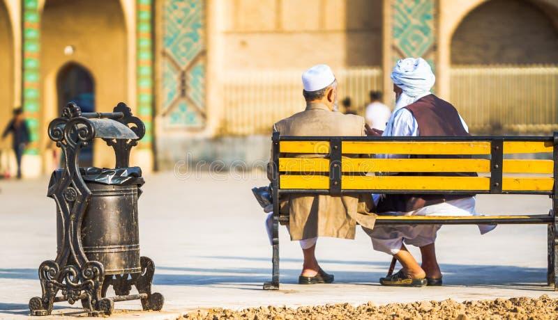 Παλαιά συνεδρίαση ατόμων δύο στον πάγκο σε Yazd - το Ιράν στοκ φωτογραφίες
