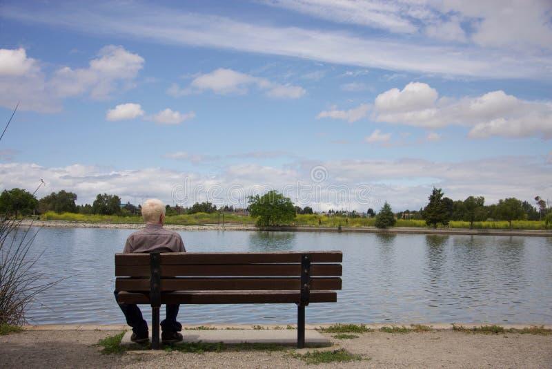 Παλαιά συνεδρίαση ατόμων σε έναν πάγκο στοκ εικόνες
