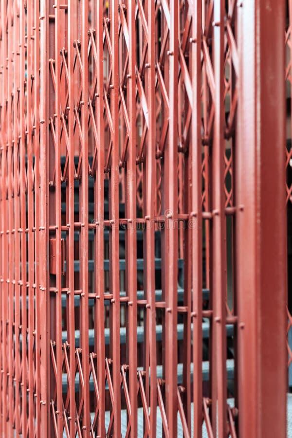 Παλαιά συρόμενη πόρτα καγκέλων στοκ φωτογραφίες με δικαίωμα ελεύθερης χρήσης