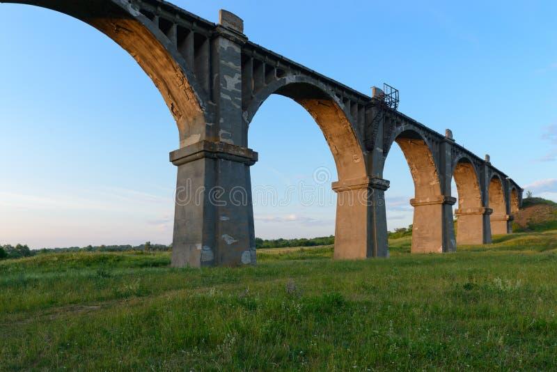 Παλαιά σχηματισμένη αψίδα γέφυρα σιδηροδρόμου στοκ φωτογραφίες