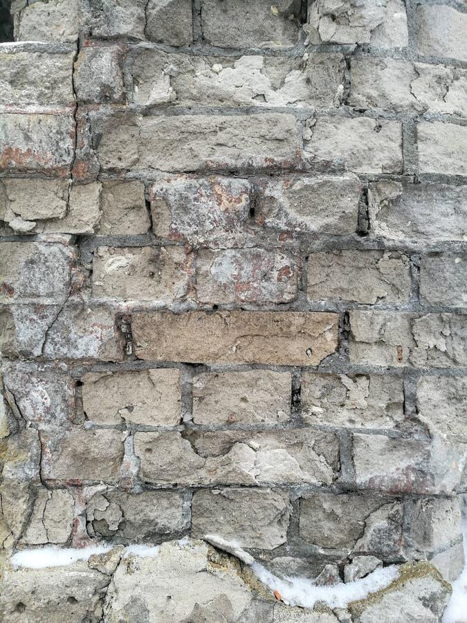 Παλαιά σύσταση τοίχων με το θρυμματισμένο, πελεκημένο, ραγισμένο άσπρο τούβλο στοκ φωτογραφία