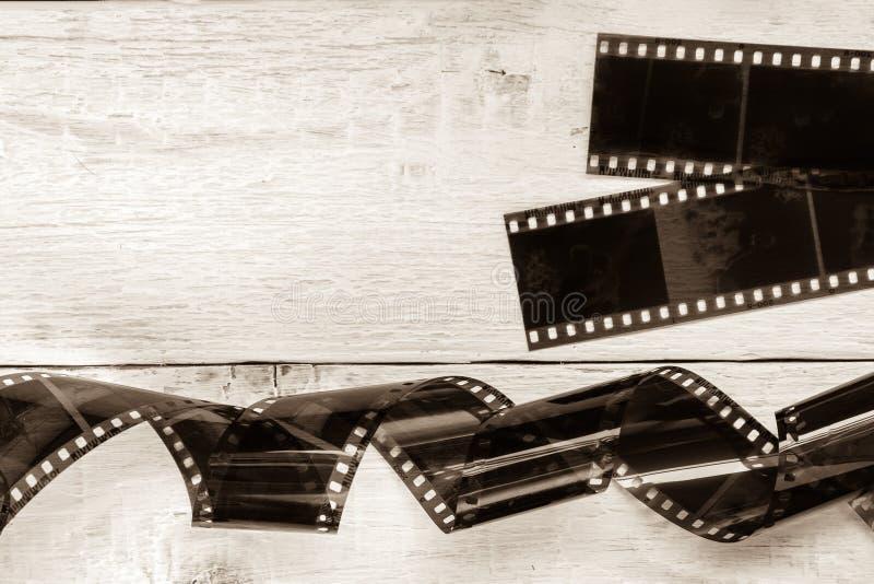 Παλαιά ταινία καμερών στο άσπρο ξύλινο υπόβαθρο στοκ εικόνες με δικαίωμα ελεύθερης χρήσης
