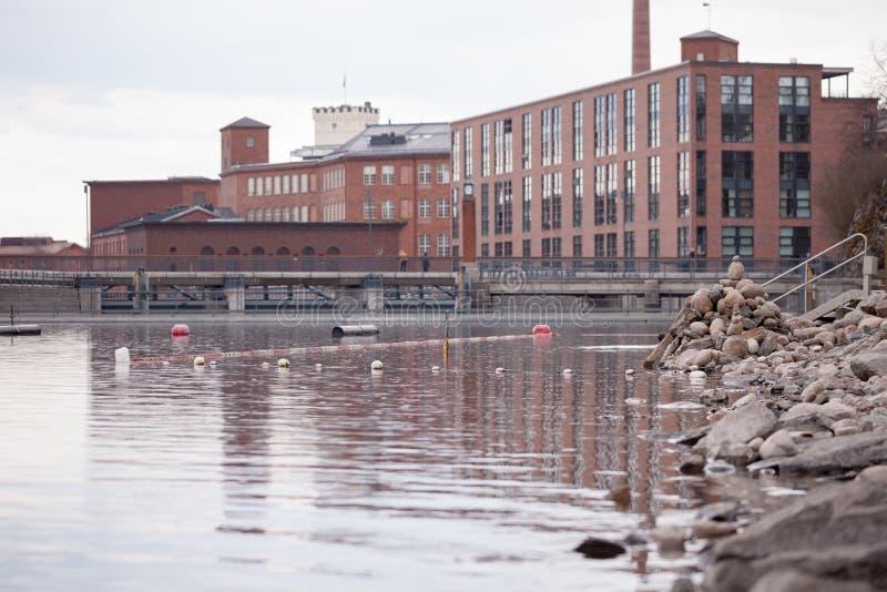Παλαιά τούβλινη όχθη ποταμού κτηρίων στο καλοκαίρι στη Τάμπερε, Φινλανδία στοκ εικόνες με δικαίωμα ελεύθερης χρήσης