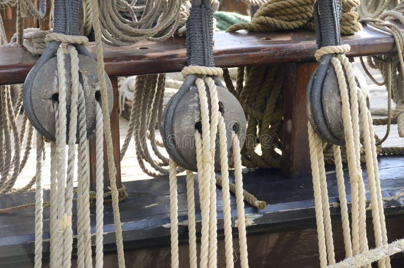 Παλαιά τροχαλίες και σχοινιά, θαλάσσια εργαλεία στοκ φωτογραφία με δικαίωμα ελεύθερης χρήσης