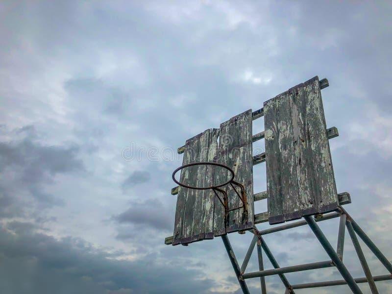 Παλαιά υπαίθρια στεφάνη καλαθοσφαίρισης στοκ φωτογραφία