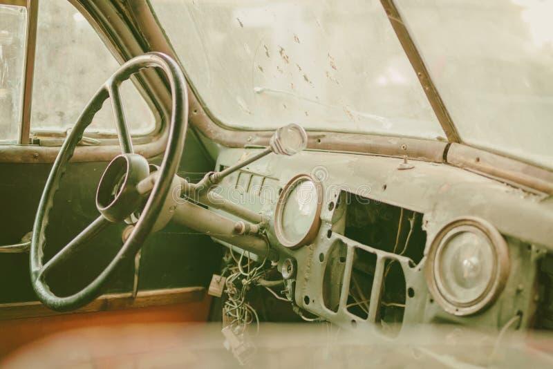 Παλαιά φωτογραφία του παλαιού εσωτερικού αυτοκινήτων χρονομέτρων με το σκονισμένο Ιστό πινάκων και αραχνών παντού το ταμπλό με τη στοκ εικόνα με δικαίωμα ελεύθερης χρήσης