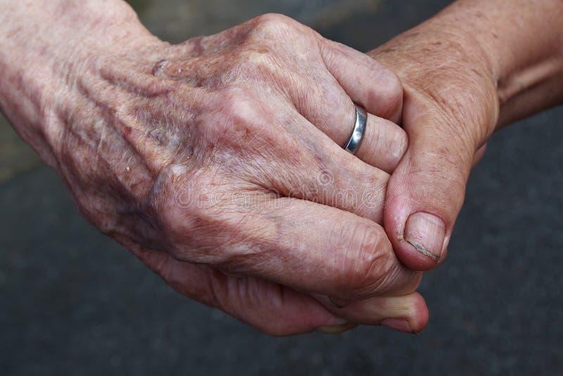 Παλαιά χέρια εκμετάλλευσης ζευγών στοκ φωτογραφίες με δικαίωμα ελεύθερης χρήσης