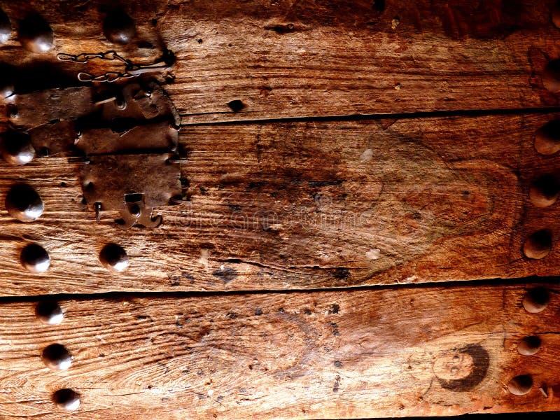 Παλαιά χρωματισμένη ξύλινη πόρτα εκκλησιών στοκ εικόνα με δικαίωμα ελεύθερης χρήσης