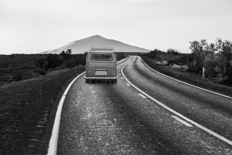 Παλαιά minivan οδήγηση στο δρόμο με πολλ'ες στροφές στοκ φωτογραφίες με δικαίωμα ελεύθερης χρήσης