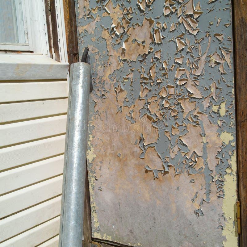 Παλαιά shabby πόρτα στοκ φωτογραφίες με δικαίωμα ελεύθερης χρήσης