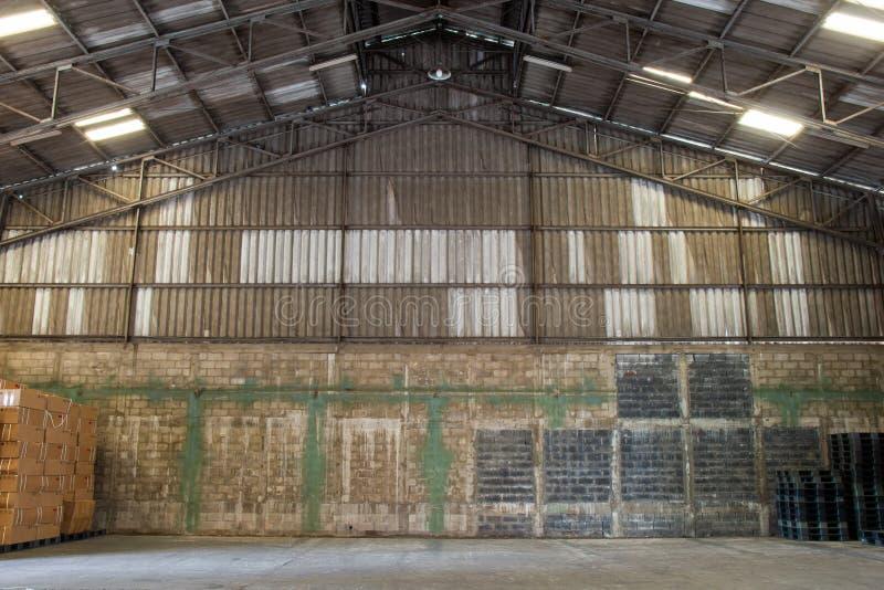 Παλαιές αποθήκες εμπορευμάτων με τις παλέτες και κάποια αποθήκευση στοκ εικόνες