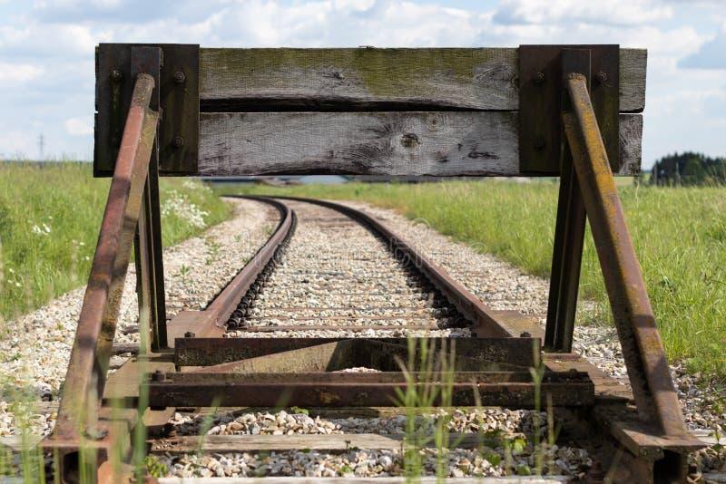 Παλαιές διαδρομές τραίνων με μια ξύλινη συσκευή στάσεων Σύνθεση με τις κύριες γραμμές στοκ φωτογραφίες