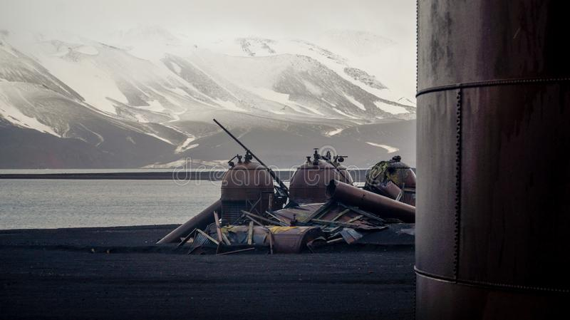Παλαιές δομές σταθμών κυνηγιού φάλαινας στο νησί εξαπάτησης στην Ανταρκτική στοκ εικόνες