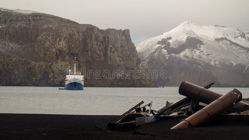 Παλαιές δομές σταθμών κυνηγιού φάλαινας στο νησί εξαπάτησης στην Ανταρκτική στοκ φωτογραφία με δικαίωμα ελεύθερης χρήσης