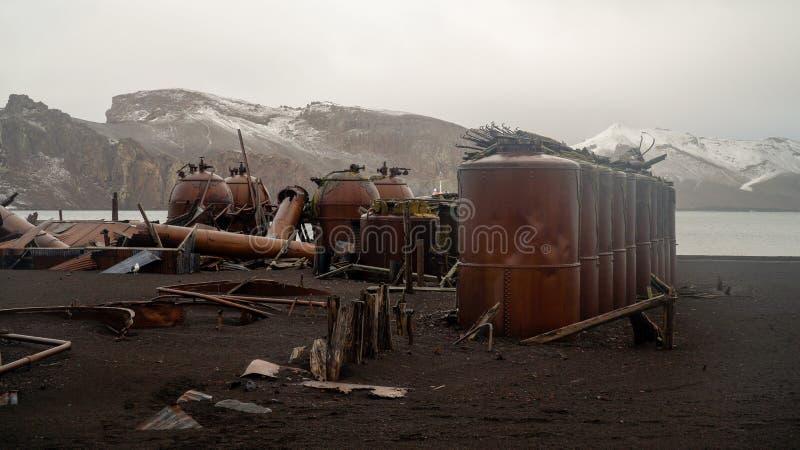 Παλαιές δομές σταθμών κυνηγιού φάλαινας στο νησί εξαπάτησης στην Ανταρκτική στοκ εικόνες με δικαίωμα ελεύθερης χρήσης