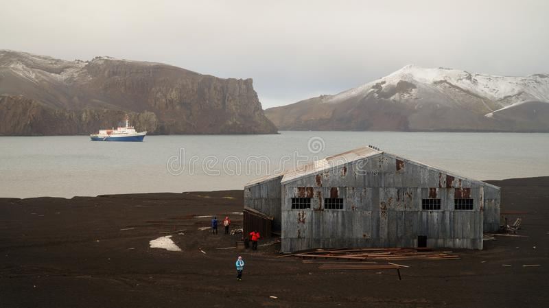 Παλαιές δομές σταθμών κυνηγιού φάλαινας στο νησί εξαπάτησης στην Ανταρκτική στοκ φωτογραφίες
