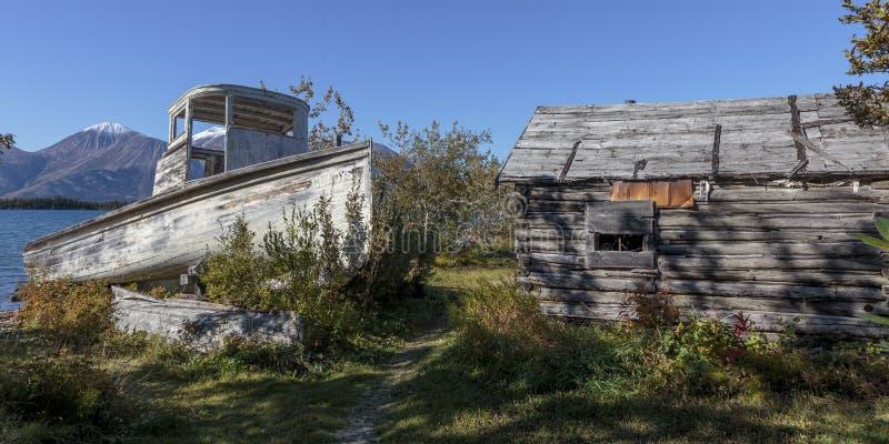 Παλαιές ιστορικές σπίτι και βάρκα του πυρετού χρυσοθηρίας στη Βρετανική Κολομβία Καναδάς Atlin στοκ φωτογραφία με δικαίωμα ελεύθερης χρήσης