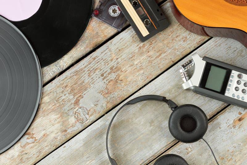 Παλαιές και σύγχρονες ακουστικές συσκευές στοκ εικόνες με δικαίωμα ελεύθερης χρήσης
