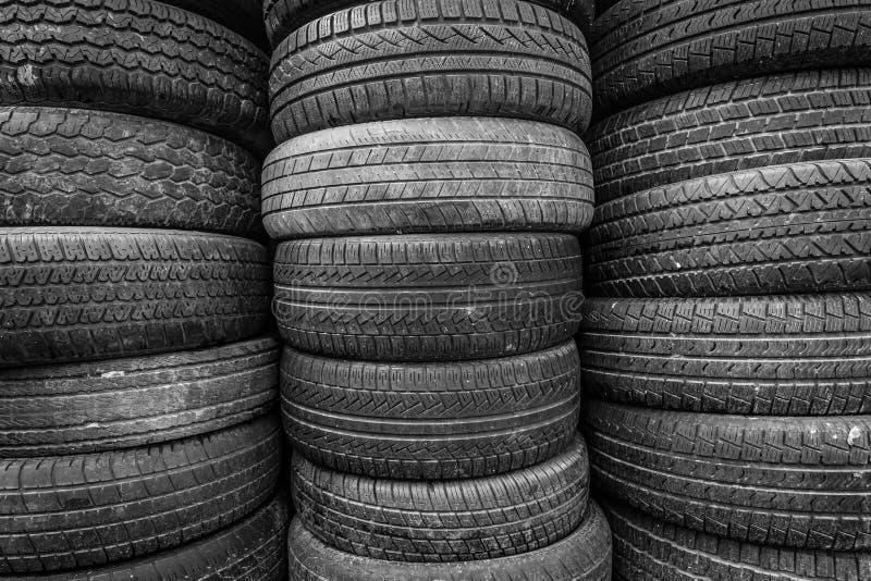 Παλαιές και χρησιμοποιημένες ρόδες αυτοκινήτων στοκ φωτογραφία με δικαίωμα ελεύθερης χρήσης