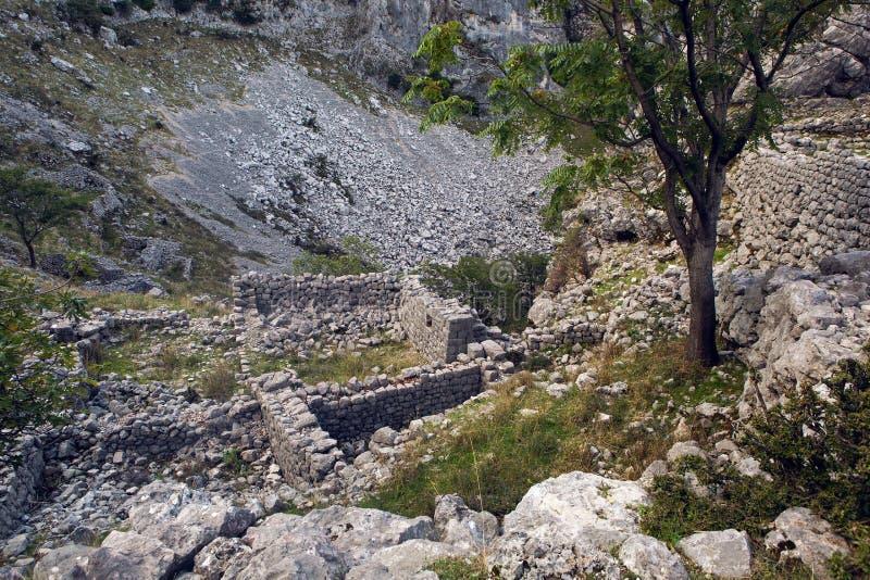 Παλαιές καταστροφές πετρών στα βουνά στην πόλη Kotor στοκ φωτογραφίες με δικαίωμα ελεύθερης χρήσης