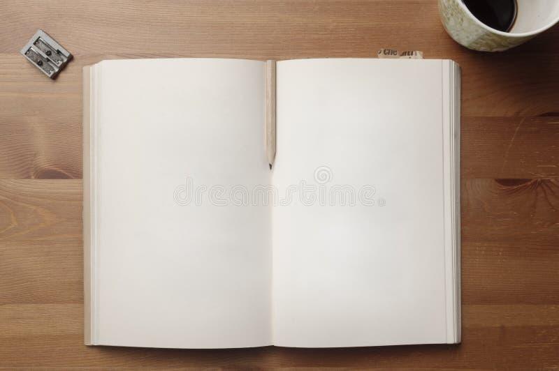 Παλαιές κενές σελίδες βιβλίων με το μολύβι μεταξύ των σελίδων και των σελιδοδεικτών εγγράφου σε έναν ξύλινο πίνακα στοκ φωτογραφία με δικαίωμα ελεύθερης χρήσης