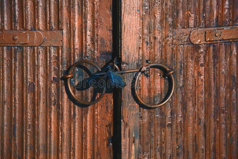 Παλαιές κλειδαριές στην ξύλινη πόρτα στοκ εικόνες