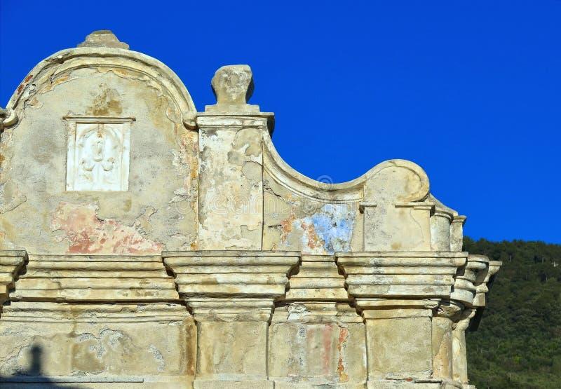 Παλαιές λεπτομέρειες και μπλε ουρανός προσόψεων εκκλησιών σε Tellaro Λιγυρία, Ιταλία στοκ εικόνα με δικαίωμα ελεύθερης χρήσης