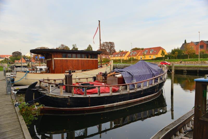 Παλαιές ξύλινες δανικές βάρκες ψαριών σε Nakskov, Δανία στοκ φωτογραφία